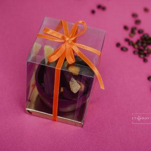 Vaisių asorti šokolade, šokoladiniame krepšelyje (dėžutėje)