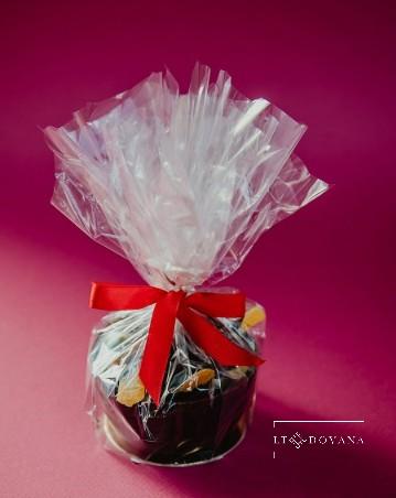 Vaisių asorti šokolade, šokoladiniame krepšelyje